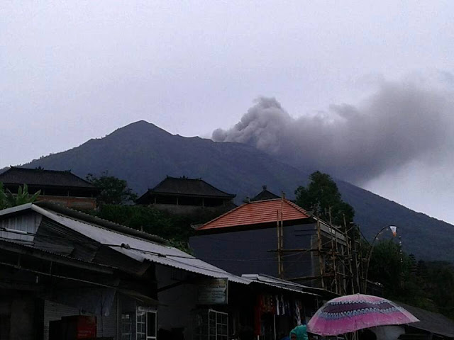 Mount Agung spews ash and smoke 700m into the Bali sky!  23659283_10214662354423662_4484782940184016959_n