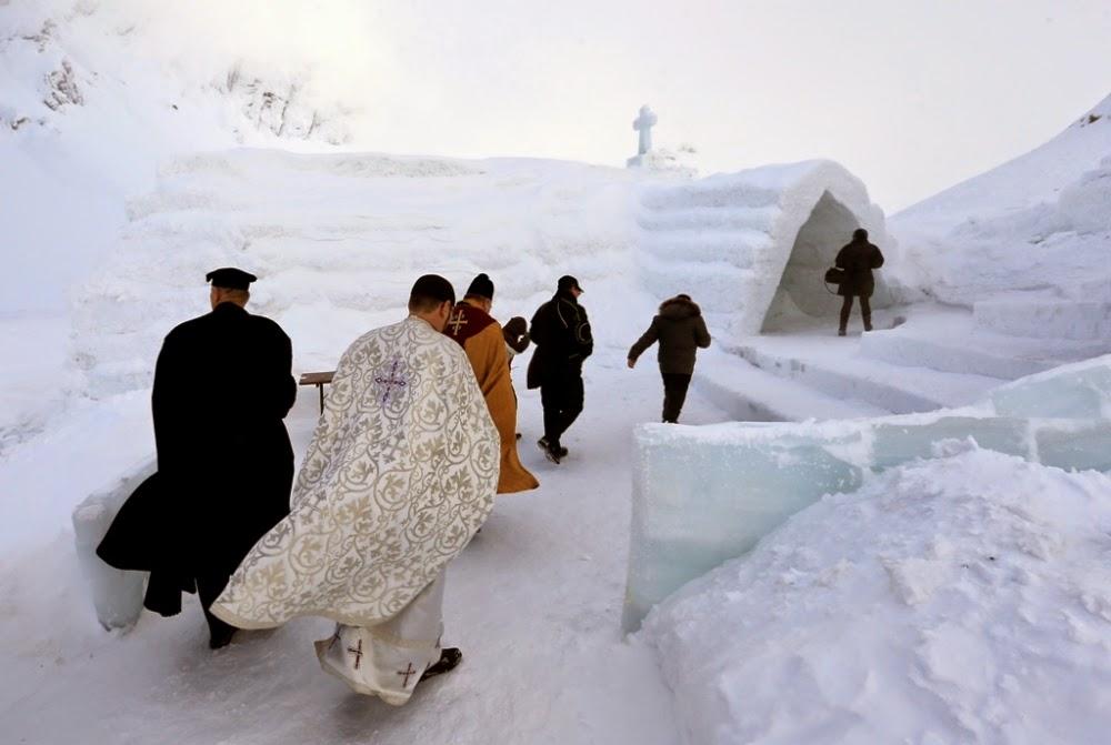 Un grup de preoți din diferite congregații ajung la inaugurarea bisericii de gheață de la Bâlea Lac - foto credit: Reuters/Radu Sigheti