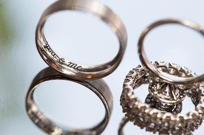 Alianzas grabadas y anillo de compromiso