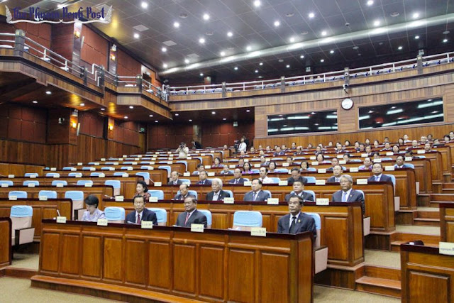 CPP lawmakers attend a session of parliament at the National Assembly in 2013, with the seats on the left vacant after the CNRP boycotted parliament. Sreng Meng Srun