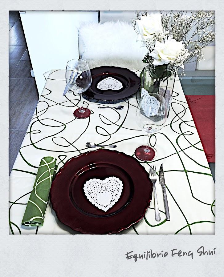 Pongo mi mesa decorada con corazones y rosas.