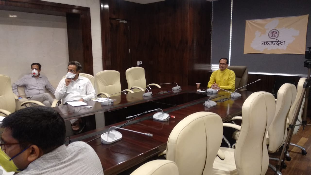 Jhabua News- Chief Minister Shivraj Singh Chouhan Madhya Pradesh discussed with the workers of Jhabua district through video conferencing- मुख्यमंत्री वीडियो कान्फ्रेसिंग के माध्यम से झाबुआ जिले के श्रमिकों से चर्चा की
