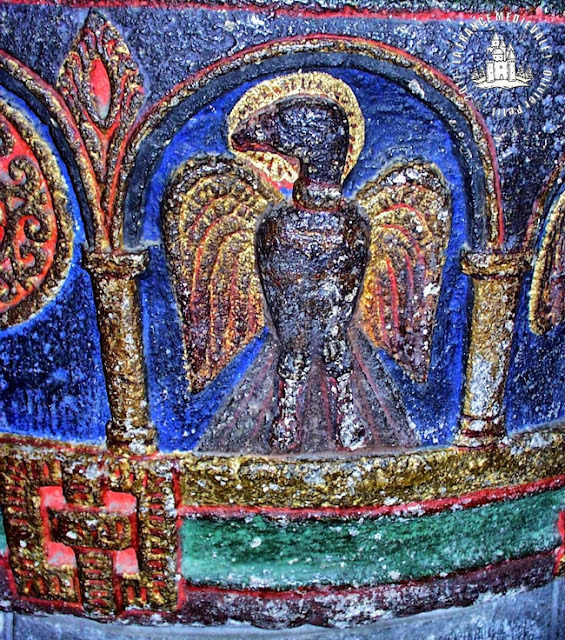 MAURIAC (15) - Cuve baptismale romane polychrome