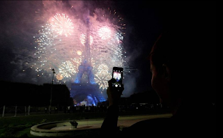 Los fuegos artificiales provocaron el incendio fortuito cerca de la Torre Eiffel, París