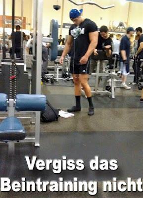 Bodybuilder lustig dünne Beine