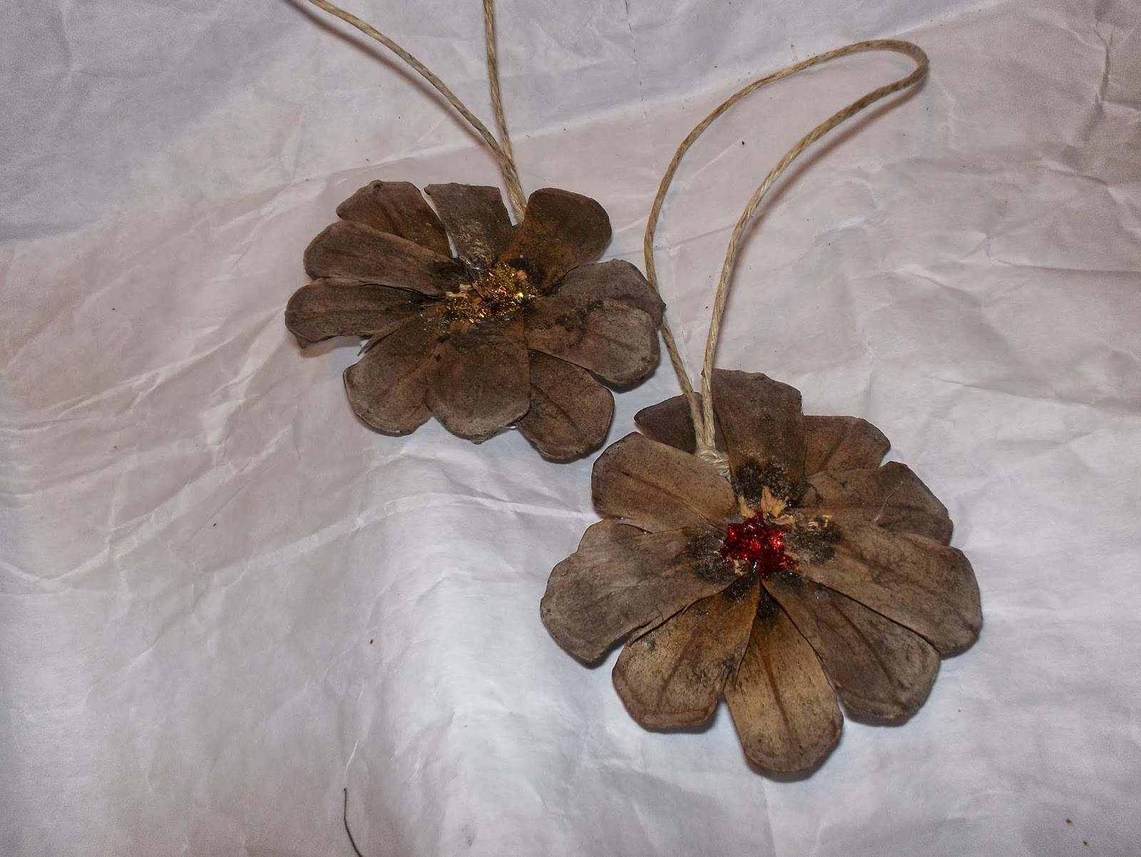 Taglia incolla e decora decorazioni con le pigne - Decorazioni con pigne ...