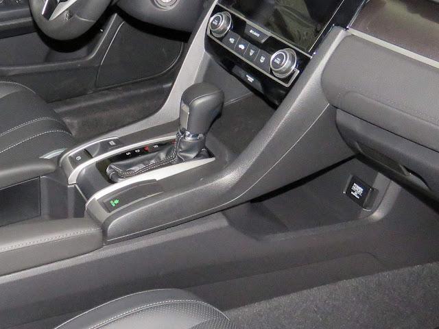 Novo Honda Civic 2017 - interior - porta-luvas de plástico