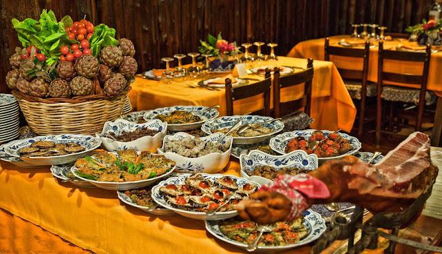 Sala da pranzo con pietanze