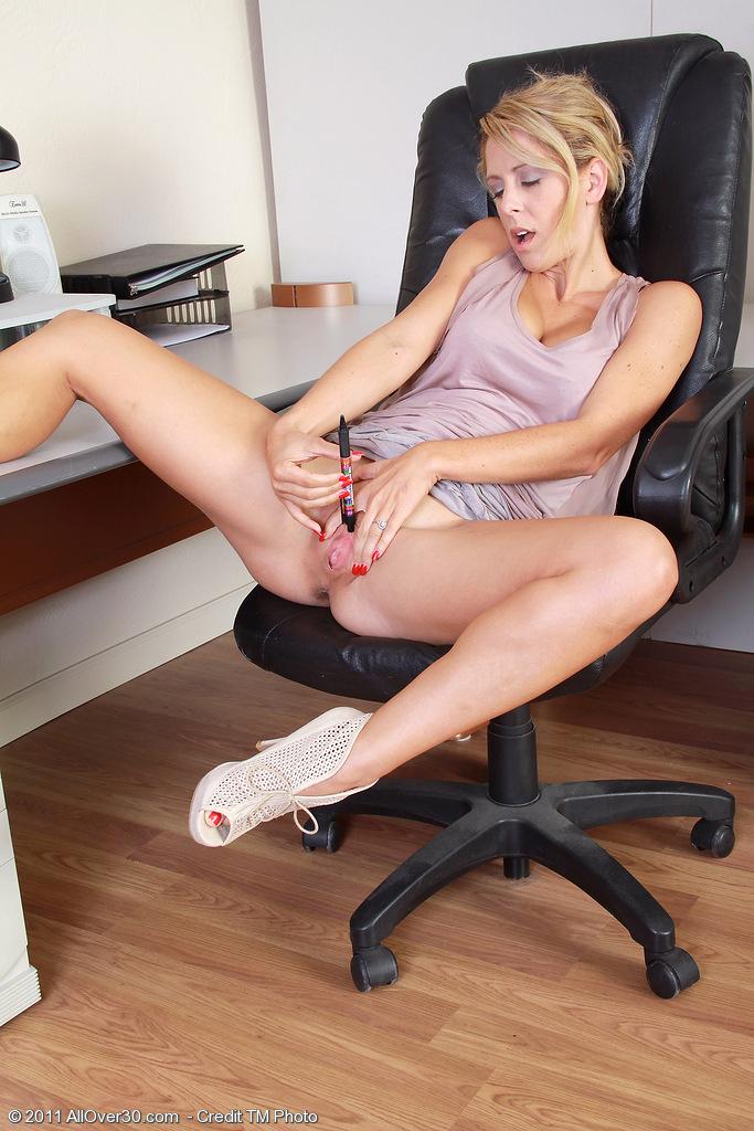 секретарша мастурб на работе ужасно нравится