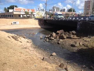 Mar poluído e esgotos estourados no Rio Vermelho