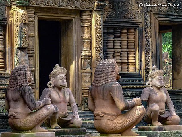 Banteay Srei, guardianes mono y genio, detalle - Angkor, Camboya por El Guisante Verde Project