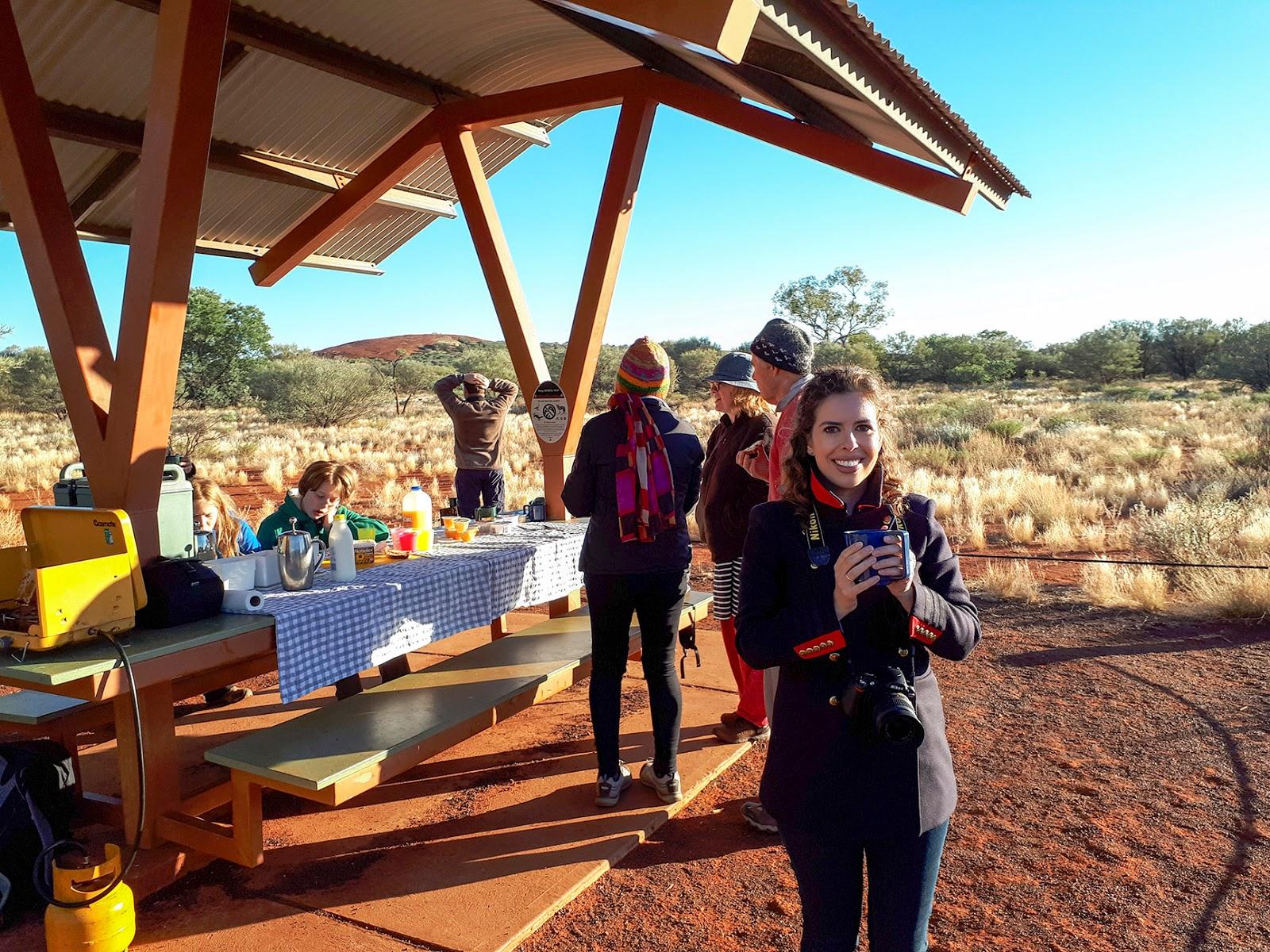 uluru australia outback kata-tjuta breakfast picnic