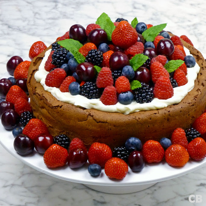 Chocoladetaart met vers zomerfruit en slagroom