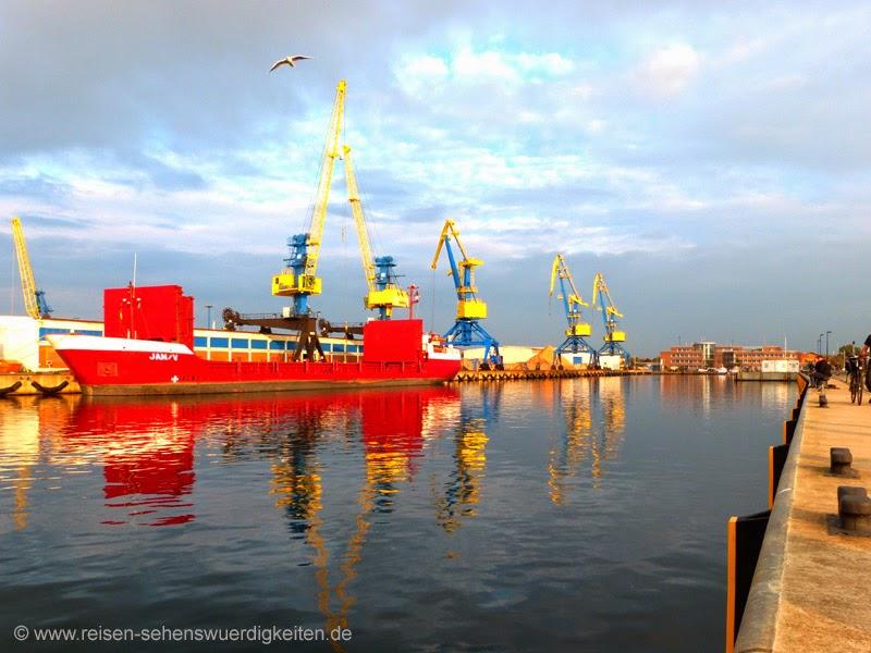 Containerhafen Wismar, Seehafen Wismar mit Schiff