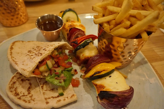 Halloumi skewer with fries and flatbread