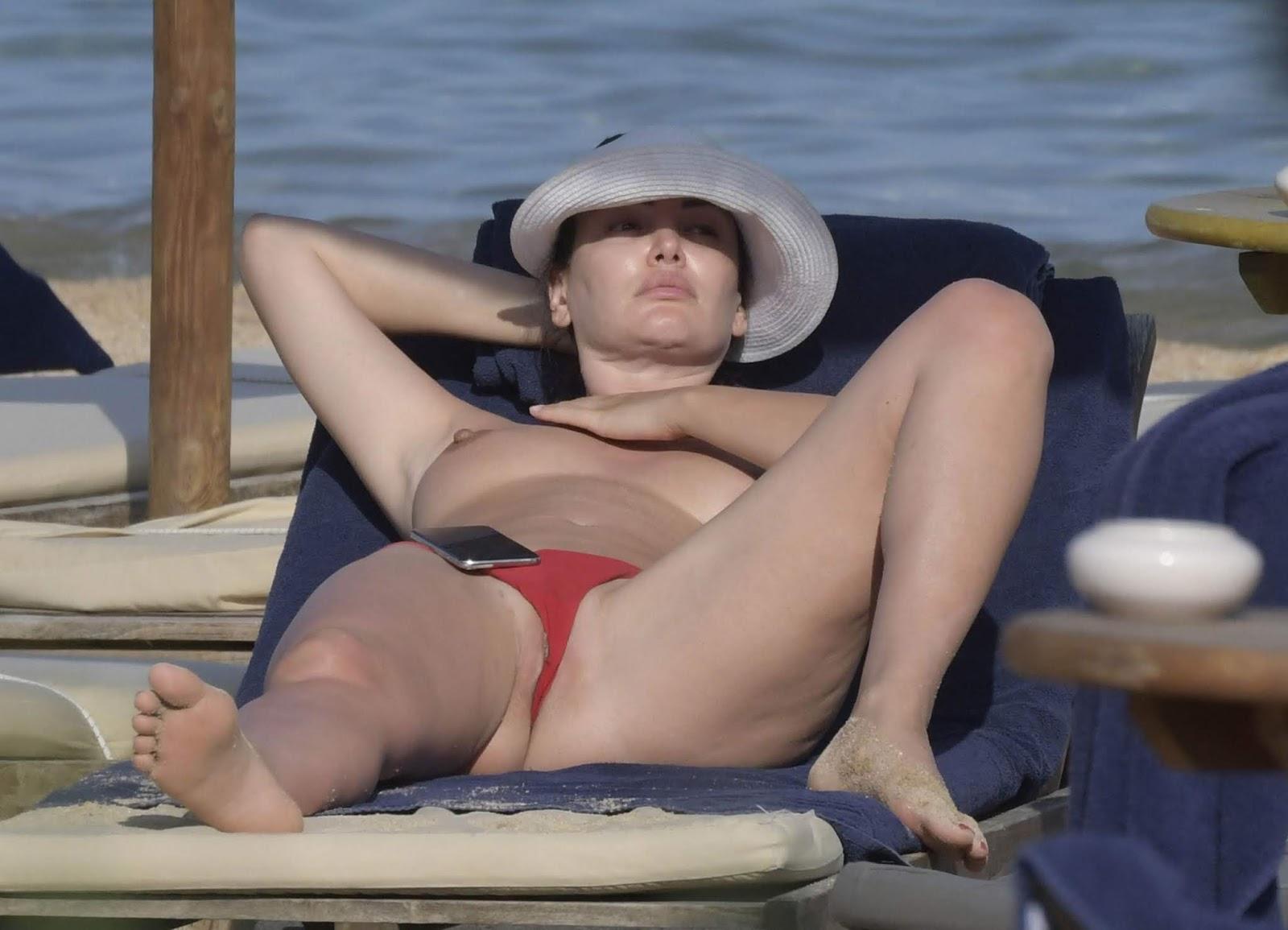 Bleona-Qereti-Topless-And-Lip-Slip-On-The-Beach-y6u7w9lfni.jpg