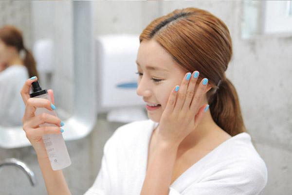 sử dụng toner bảo dưỡng làn da