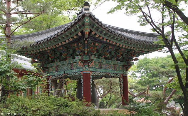 Campanario tradicional en el templo Gilsangsa