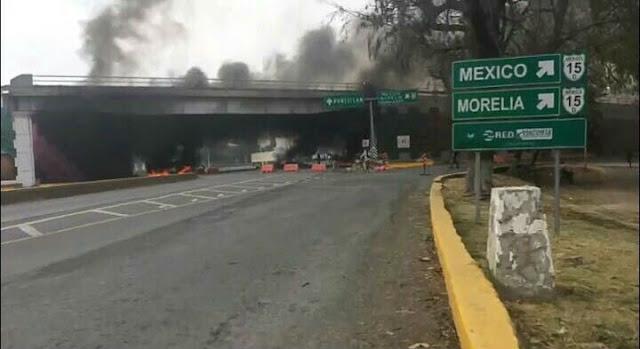 Familiares del CJNG hacen narcobloqueos tras presencia de Federales y Marinos queman llantas y bloquean carreteras en Ocotlán, Jalisco.