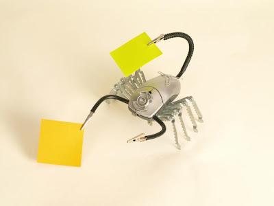 robot escorpión con plásticos  y partes de computadora reciclados