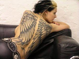 tatuaje femenino alas en la espalda
