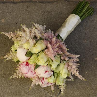 https://centre-flower.ru/buket-nevesty/buket-nevesty-iz-pionov/piony-i-belye-rozy.html