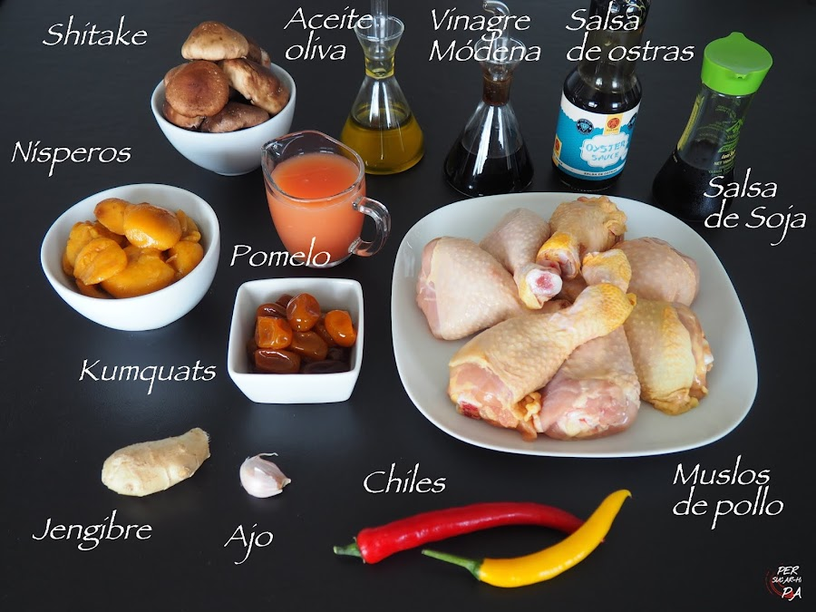 Pollo con nísperos asados y kumquats en almíbar, en una salsa con toques orientales, jengibre, shitake y salsas de soja y ostras.