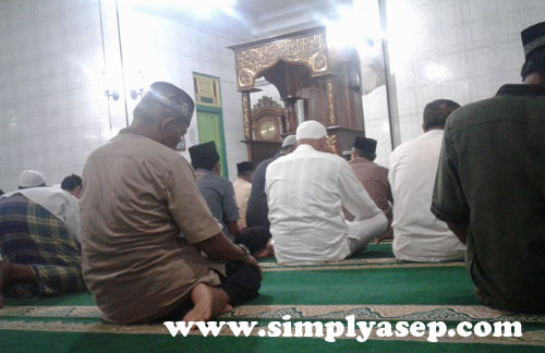 MAKMUR : Bagian dalam Masjid Darunnajah Serdam yang penuh. Bagian depannya untuk shaf laki laki, dan perempuan dibelakang. Foto Asep Haryono