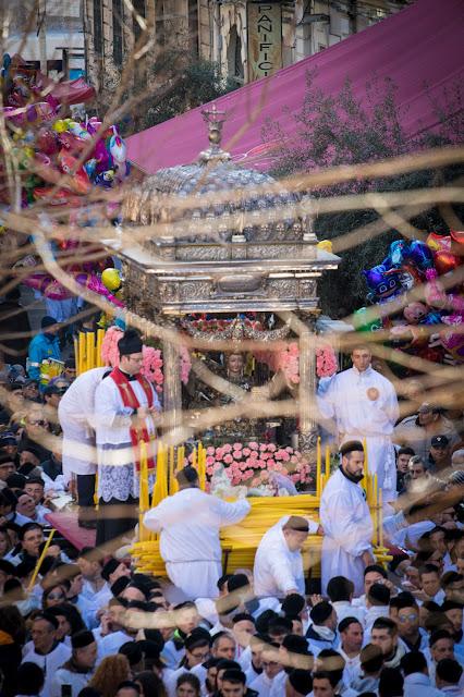 Festa di Sant'Agata a Catania-Giro esterno-Processione dei fedeli devoti-La vara