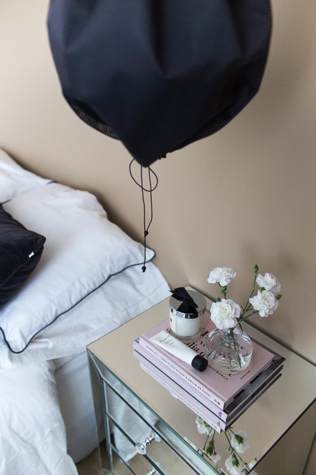 makuuhuoneen sisustus, peilipintainen yöpöytä