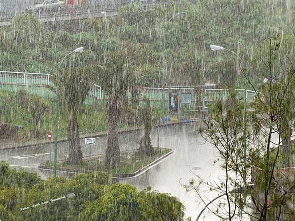 Graniza en Las Palmas de Gran Canaria y nieva en la cumbre