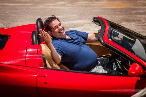 Leandro Hassum contracena com uma Ferrari no filme Até Que a Sorte Nos Separe