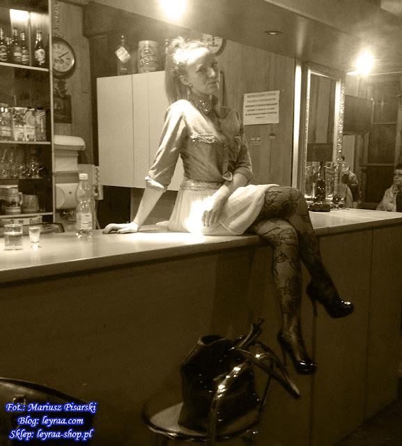 7.11.17 Koszula jeansowa, mini spódnica pastelowy róż, koronkowe rajstopy, szpilki czarne na platformie, Klub Związkowiec