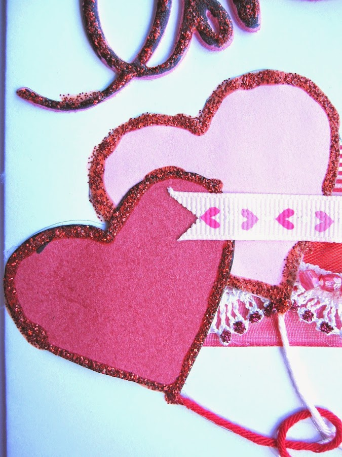 detalle tarjeta scrapbooking San Valentín con dos corazones con forma de globo rojo y rosa con borde de stickles cramberry
