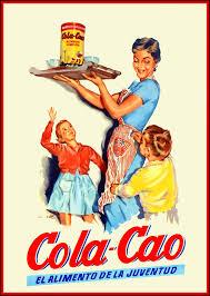 Imagen de una lata del antiguo Cola-Cao con una ilustración que muestra a una madre que lleva sobre una bandeja un bote de Colacao y dos tazones de leche. Debajo hay una niña y un niño y el texto: Cola-Cao: El alimento de la juventud