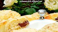 http://natomamochote.blogspot.com/2018/09/drozdzowe-rogaliki-z-czekolada-i.html