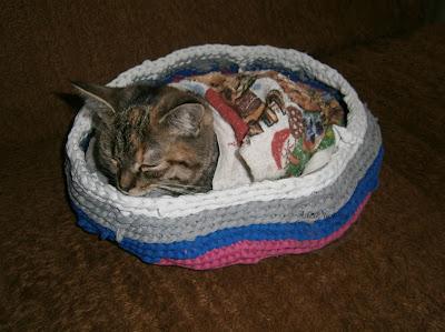 legowisko dla kotka z recyklingu