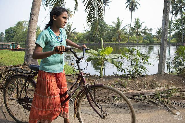 nina en bicicleta en kerala