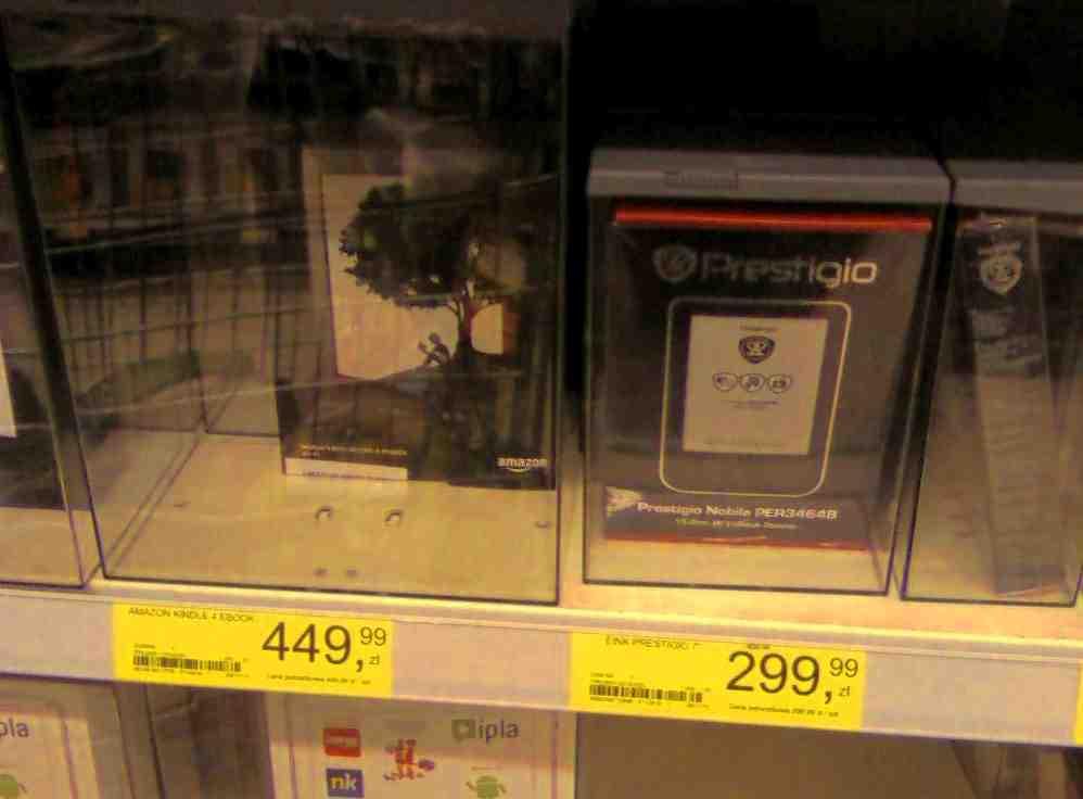 Kindle i Prestigio PER3464 na półkach w Tesco