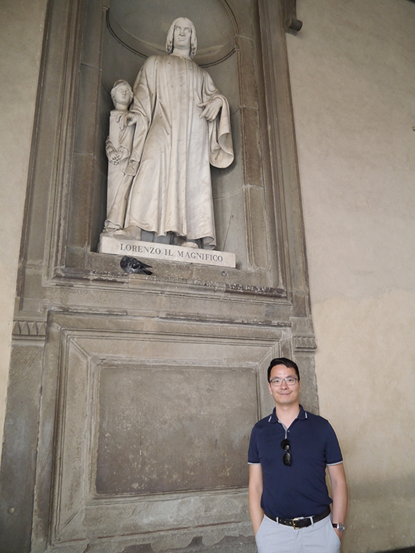 Lawrence in front of Lorenzo Il Magnifico