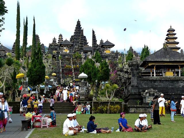 templo besakih madre bali