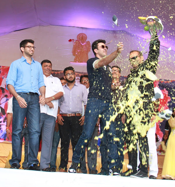 Pic 2- Ranbir Kapoor, Co-owner, Mumbai City FC breaking the Dahi Handi during the Mumbai City FC Dahi Handi Utsav at Shahaji Raje Bhosle Kreeda Sankul (Andheri Sports Complex – BKLP).
