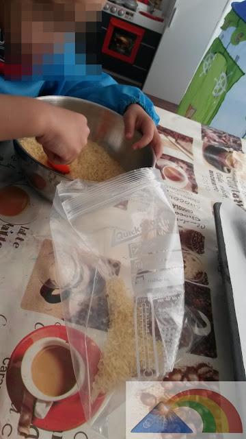 Sparando el arroz en bolsas tipo zip