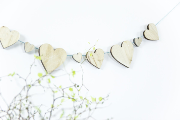 DIY Herzgirlande aus Holz - Deko für alle Jahreszeiten