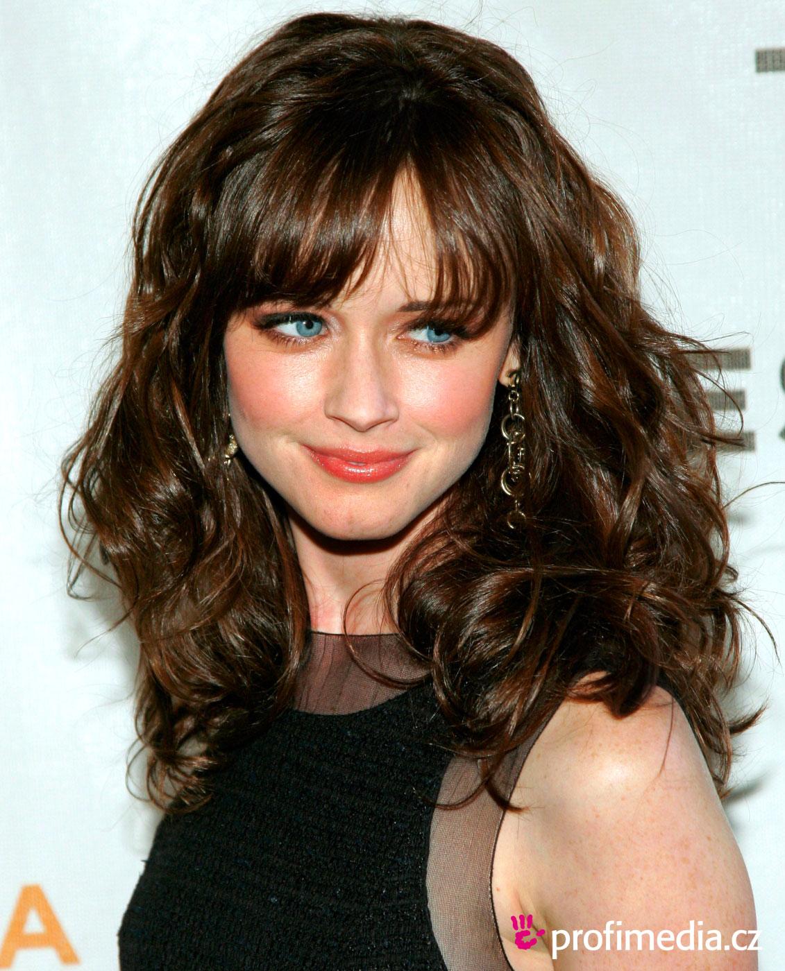 Hairstyles Wallpaper: Celebrity Alexis Bledel Long Wavy Hairstyle Wallpaper