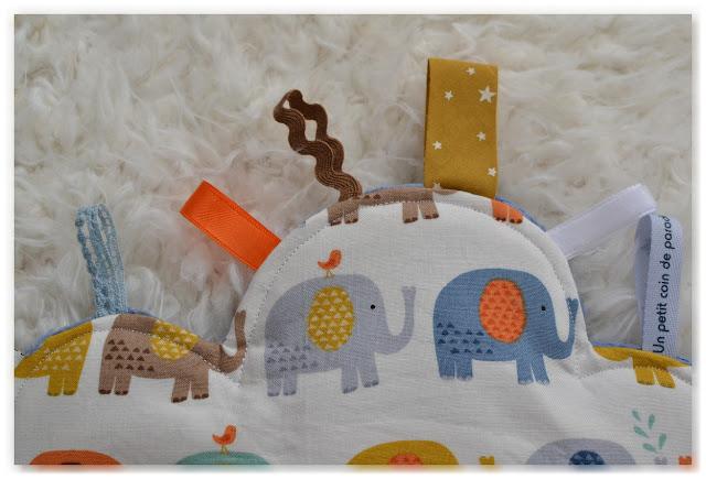 détails doudou étiquettes nuage éléphants multicolores
