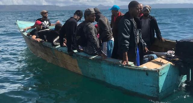 La Armada Dominicana informó hoy el apresamiento ayer domingo de 27 personas, 26 adultos y un menor de 12 años de edad, quienes intentaron viajar ilegalmente a Puerto Rico a bordo de una embarcación que salía de la playa Las Cañitas, del municipio de Sabana de la Mar.
