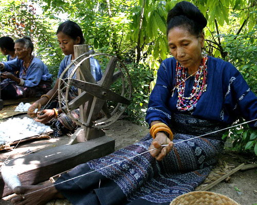 Travel.Tinuku.com Watublapi Village, watch and learn making rare woven fabric and beautiful dance