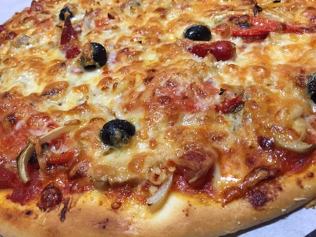 بيتزا بالنقانق وخبز تفرنوت