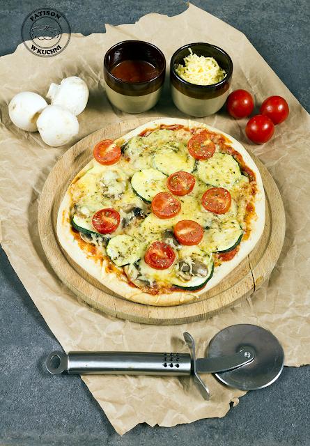 Pizza o kalafiorowym spodzie z cukinią i pieczarkami.